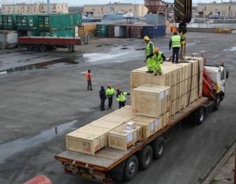 Fase di carico di imballaggi in legno
