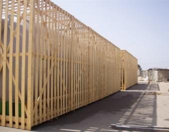 Imballaggio in legno assemblato intorno ad un serbatoio in vetroresina